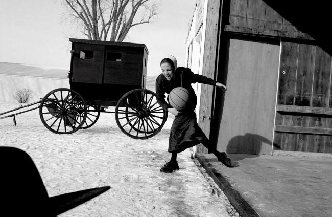 Nádherný večer. (Fotografia baptistického dievčaťa z Ohia hrajúceho basketbal od Krisanne Johnsonovej získala druhé miesto v kategórii Každodenný život súťaže World Press Photo 2004.)