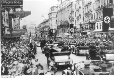 Nadšené davy vo Viedni v marci 1938 vítajú nemecké jednotky.