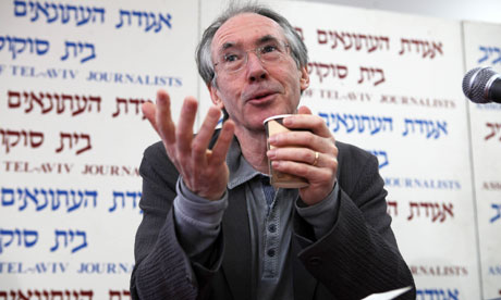 Ian McEwan v Jeruzaleme. Foto: Gali Tibbon