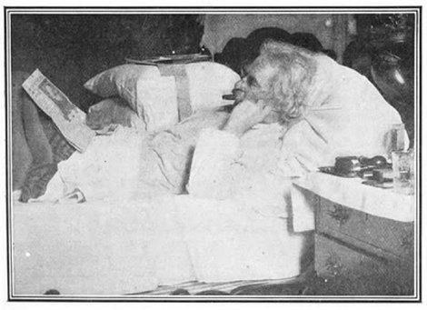 Mark Twain v posteli.