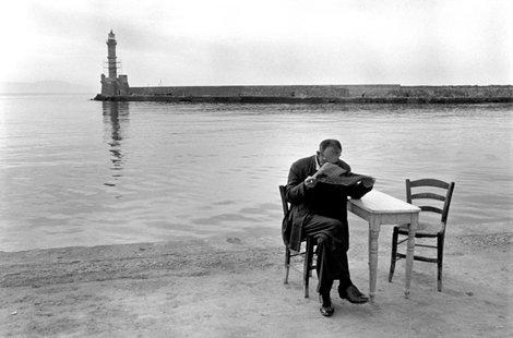 ?ítajúci muž, Kréta 1962. Foto: Costa Manos / Magnum Photos