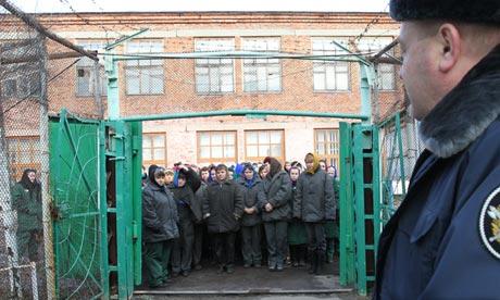 Väzenkyne čakajú pred ženskou väznicou pri meste Oriol, kým ich odvedú do práce. Foto: Jurij Tutov