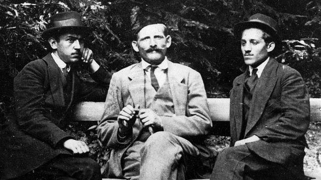 Dvaja z útočníkov s ich veliaci dôstojník: Nedeljko Čabrinović, Milan Ciganović a Gavrilo Princip v roku 1914. Foto: United Archives / Imago