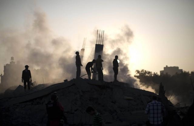 nachbarn-vor-dem-krieg-palaestinenser-besichtigen-die-einschlagstelle-einer-israelischen-rakete-gestern-in-gaza-stadt