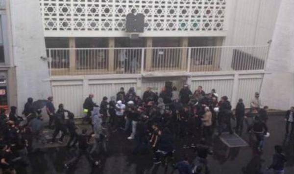 V súvislosti s narastajúcim napätím okolo vývoja v Gaze, organizujú propalestínski aktivisti v mnohých európskych mestách demonštrácie. Trinásteho júla pochodovalo na námestí Bastily asi 10 tisíc ?udí. Na konci akcie zaútočilo niekoľko desiatok mladíkov na synagógu Don Isaac Abravanel v rue de la Roquette, kde práve prebiehalo pietné stretnutie za troch nedávno zavraždených izraelských študentov ješivy. Veriaci tak na krátky ?as zostali uväznení vo vnútri budovy, kým polícia vytláčala demonštrantov z miesta. Veriaci tak na krátky ?as zostali uväznení vo vnútri budovy, kým polícia vytláčala demonštrantov z miesta. Foto: Aline Lebail-Kremer.