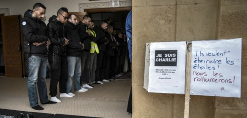 Moslimovia sa modlia pred mešitou v Saint-Etienne popri nápisoch, odsudujúcich vraždy. Foto: Jean-Philippe Ksiazek / AFP / Getty Image