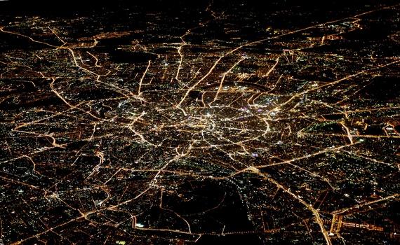Pohľad z lietadla na nočnú Moskvu s Kremľom v centre. Foto: Alexander Demiančuk / Reuters