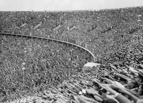 Dav na Olympijských hrách1936 v Berlíne zdraví prichádzajúceho Hitlera. Foto: Bettmann / Corbis