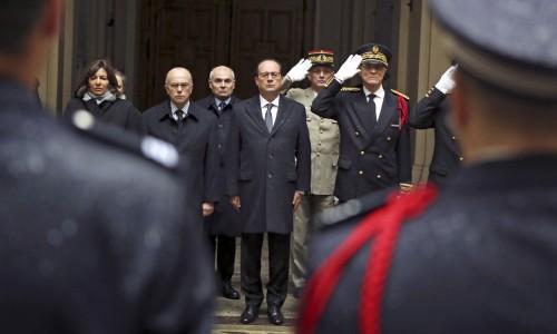 Francúzsky prezident François Hollande drží minútu ticha za obete teroristických útokov v Paríži. Foto: Remy de la Mauviniere / AFP / Getty Images