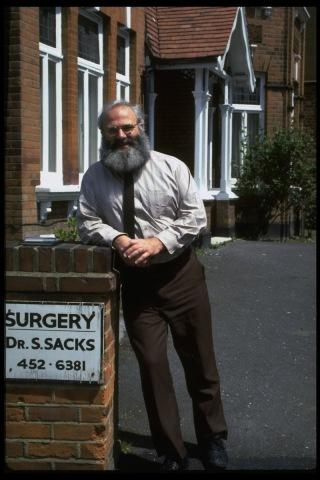 Oliver Sacks pred rodičovským domom. Foto: Sahm Doherty /Getty Images