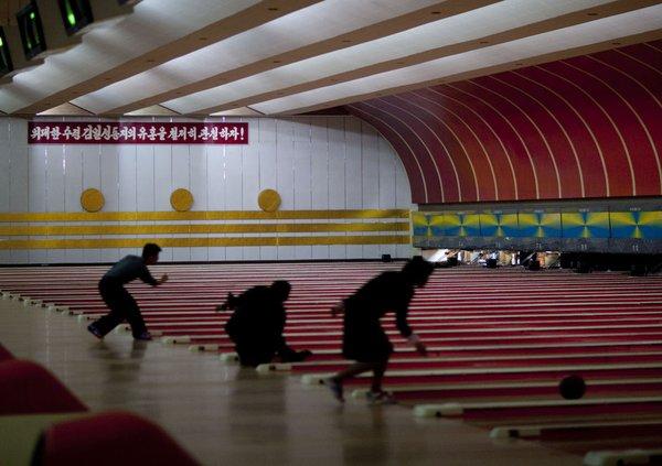 Bowlingová herňa v Pchongjangu, Severná Kórea, rok 2010.  Foto: Eric Lafforgue / Gamma-Rapho / Getty Images