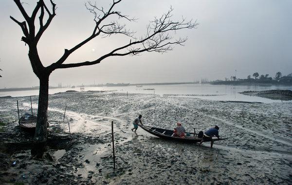 V Bangladéši museli zo svojich domovov odísť pre záplavy a zvyšovanie morskej hladiny.  Foto: Kadir van Lohuzen  / The New York Times